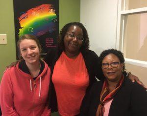 Trois femmes portent des chemises oranges